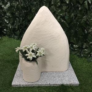 Lapide per animali - Montagna con vaso fiori urna incorporata