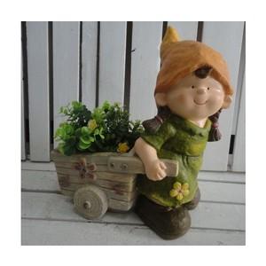 Bambina porta piante con cappello