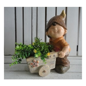 Bambino porta piante con cappello