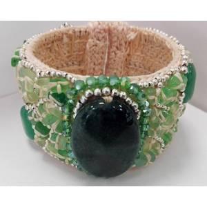 Bracciale schiava in metallo rivestito in cotone con pietre naturali verdi cucite.