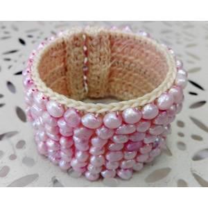 Bracciale schiava in metallo rivestito in cotone con perle di fiume rosa cucite