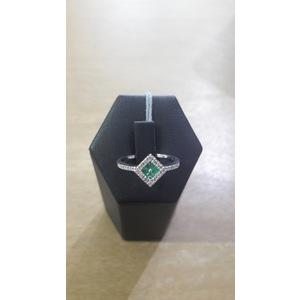 anello in oro bianco e smeraldi
