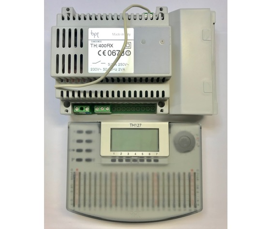 TH/127 TX RX BB KIT 69406300 1 Cronotermostato a cursori settimanale a radiofrequenza, colore bianco, alimentazione a batterie + 1 modulo ricevitore/ attuatore a 1 canale