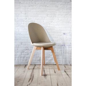 Sedia in ecopelle di colore beige con gambe in legno