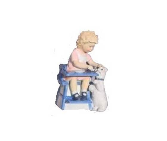 Royal Copenhagen Statuina Bambina che Nutre il Cane