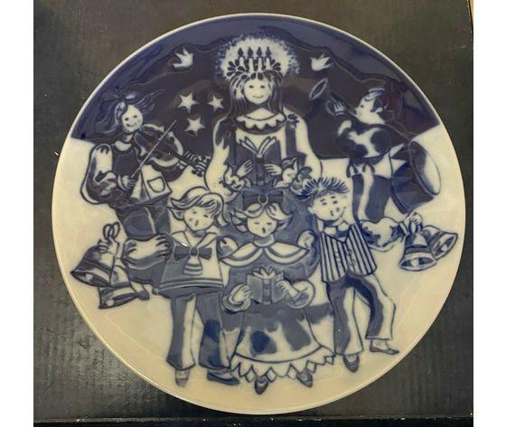 "Royal Copenhagen Children's Christmas Plate ""Lucia"" 2002 with free plaquette"