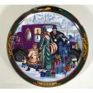 """Royal Copenhagen """"Christmas in Denmark"""" / """"Den Kaere Familie"""" Plate 1992"""