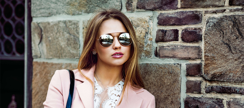 Donna occhiali vetrina mobile