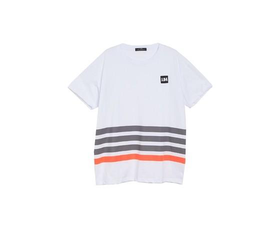 Xt shirt a righe con patch bianca.