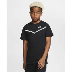 T-Shirt Nera Bambino Nike Sportwear Chevron art. CV2167 010