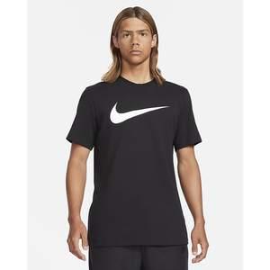 T-Shirt Uomo Nera Nike Sportswear Swoosh Bianco art. DC5094 010