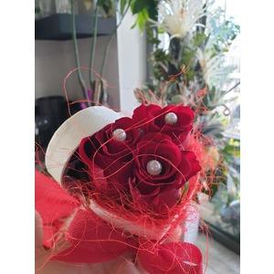Cuore tris di rose rosse