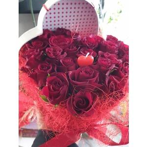 Cuore grande con rose rosse