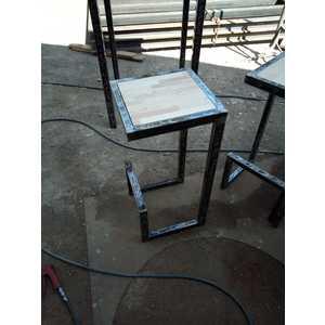 Comodino artigianale o tavolinetto in acciaio lavorato