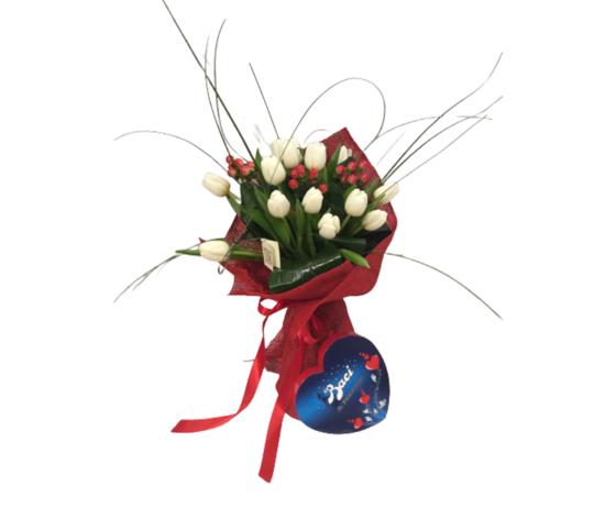 Bouquet tulipani bianchi e bacche rosse con cuore di baci perugina %e2%82%ac 00