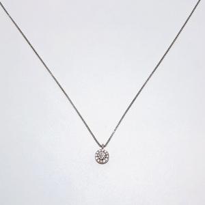 Collana con punto luce e contorno di diamanti a pave' in oro 18 kt