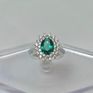 Anello donna in oro bianco 18 kt con pietra dal colore verde smeraldo