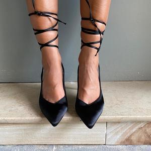 dècolletè Black in raso con laccio alla caviglia,tacco 9 cm