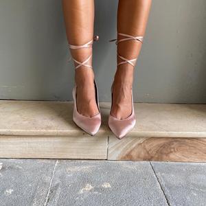 dècolletè beige in raso con laccio alla caviglia,tacco 9cm