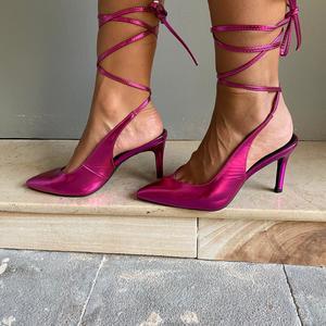 dècolletè  Fucsia ecopelle lucido  con laccio alla caviglia. Tacco a stiletto 9 cm.
