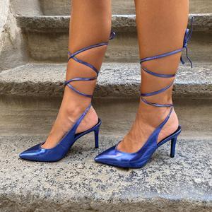 dècolletè Blue ecopelle lucida con laccio alla caviglia. Tacco a stiletto 9 cm.