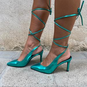 dècolletè  Verde ecopelle lucido con laccio alla caviglia. Tacco a stiletto 9 cm.