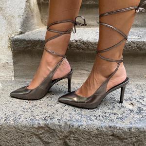 dècolletè ecopelle lucido con laccio alla caviglia,tacco 7cm