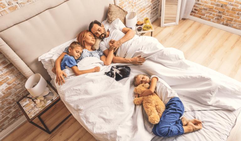 Famiglia dorme su materasso technogel 2