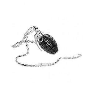 Collana è in argento 925 con pendente a forma di bomba a mano