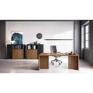 Esempio di ufficio con scrivania direzionale con due gonne laterali e spazio centrale libero.