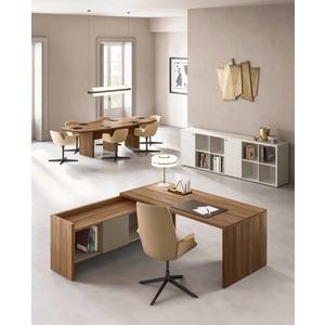 Ufficio con scrivania con muretto in allungo laterale. Disponibile in vari colori e con pensili sia alti che bassi.