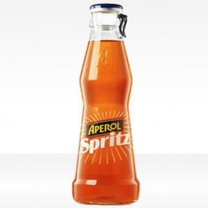 Tipico aperitivo a base di Prosecco, Bitter e Seltz, lo Spritz sembra risalire addirittura ai tempi dell'impero austriaco, quando divenne di enorme popolarità a Venezia. La ricetta è semplice: in un bicchiere colmo di ghiaccio si aggiungono direttamente tre parti di Prosecco, due parti di Aperol ed una parte di Soda, il tutto guarnito da uno spicchio di arancia.