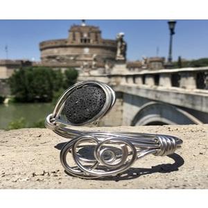 Bracciale artigianale in alluminio e piete dure. Leggero originale e chic. Collezione Roma
