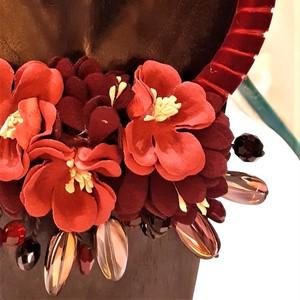 Collana girocollo con fiori in stoffa e perline scintillanti