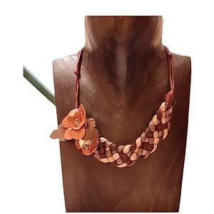 Collana con mezzaluna in tessuto di seta intrecciato e fiore in cuoio.