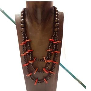 Collana tre fili in legno con dischi rossi colorati