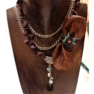 Collana con laccio e catena con fiocco pelle marrone