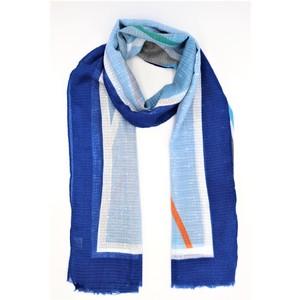 sciarpa ampia e geometrica e variopinta sui toni del blu, cotone e viscosa