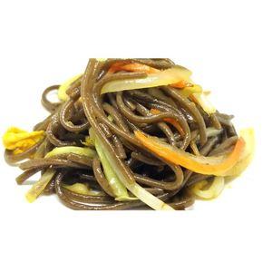 Spaghetti soba di grano saraceno con verdure