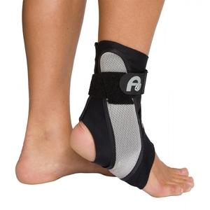 La cavigliera DJO A60 Aircast Donjoy prevede l'impiego di un sottile stabilizzatore sagomato con un angolo di 60 gradi per prevenire distorsioni della caviglia. Test biomeccanici hanno dimostrato che una staffa con un angolo di 60 gradi fornisce una protezione ottimale contro le distorsione di caviglia. Il tessuto brevettato Breath-O-Prene® mantiene la cavigliera fresca e comoda, mentre il design ergonomico la rende adattabile alle calzature degli atleti senza risultare eccessivamente di ingombro.