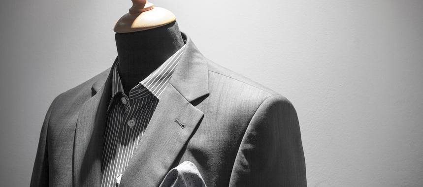 Elegant men suit on mannequin shopwindow hyv3zfj