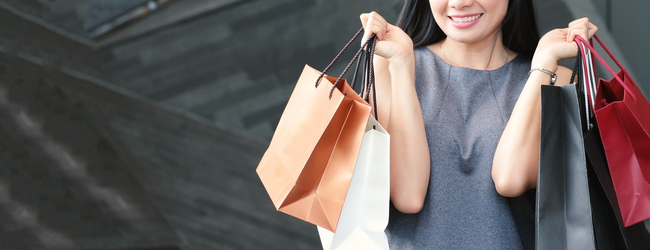 Asian happy woman with shopping bags black friday  5fchtqn