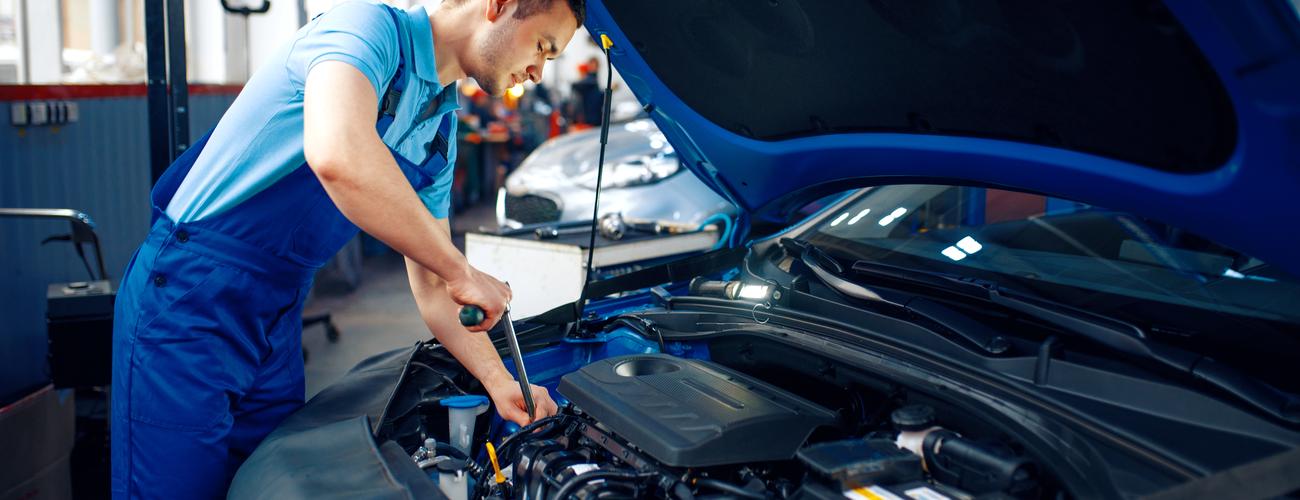 Worker in uniform checks engine car service 63mwlxa