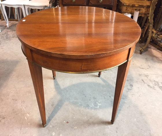 Tavolino rotondo in noce Luigi XVI  Allungabile   Con bordi in ottone