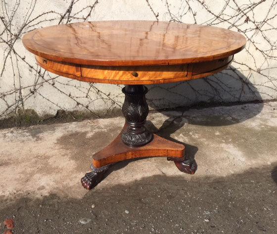 Tavolo rotondo Francese, con otto cassetti