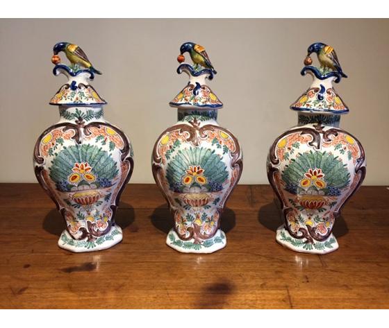Lotto di 3 Antichi ed Eleganti Vasi in Maiolica Olandesi