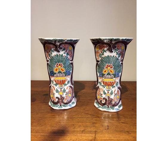 Lotto di 2 Antichi ed Eleganti Vasi in Maiolica Olandesi