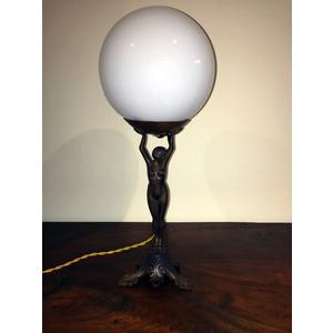 Elegante Lampada Dama con Boccia Bianca Opale - Ricondizionata