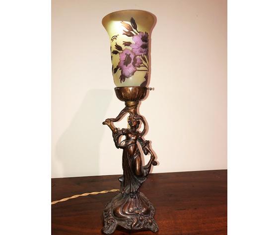 Elegante Lampada Liberty Raffigurante Damina con Tulipe Gallè - Ricondizionata