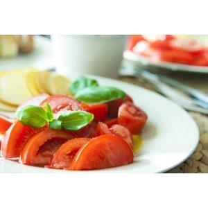 Insalata di pomodori condita con olio evo e sale